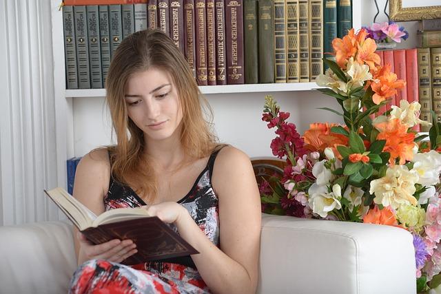 čtení na gauči