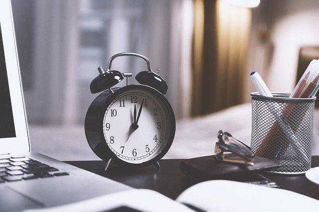 budík na stole – symbol nedostatku času.jpg