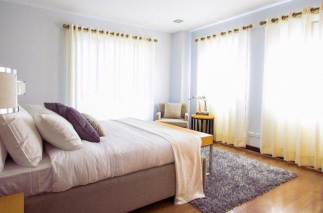vzdušná prosvětlená ložnice