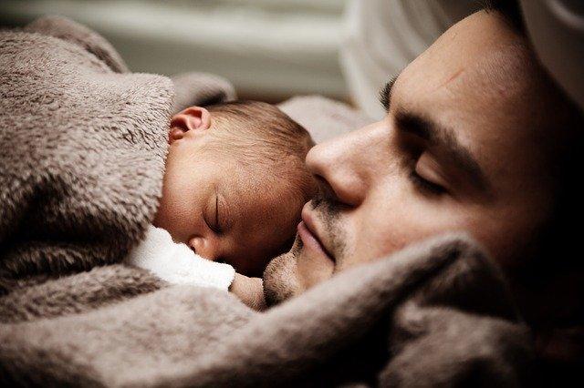 muž s miminkem spí