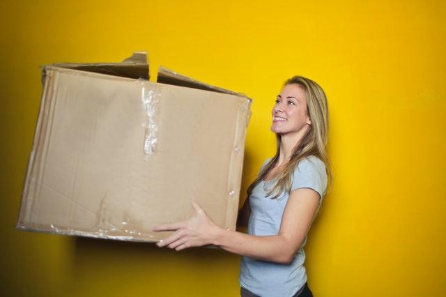 žena s krabicí v ruce